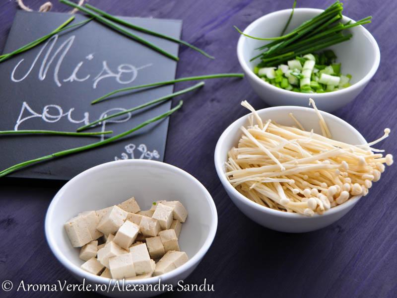 Enoki, ceapa verde, tofu, chives