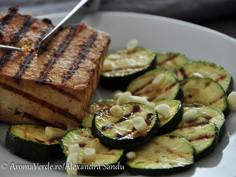 Grill tofu și zucchini