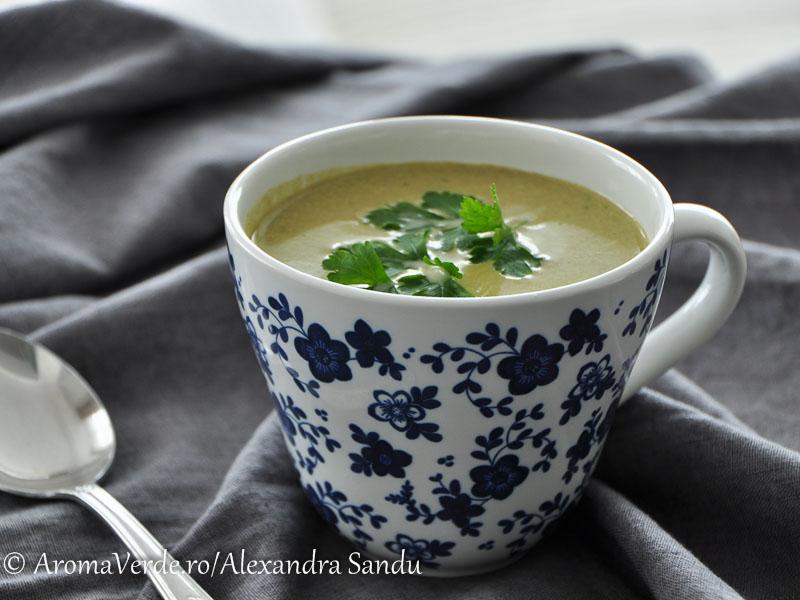 Supă de broccoli, mazare și spanac cu lemongrass