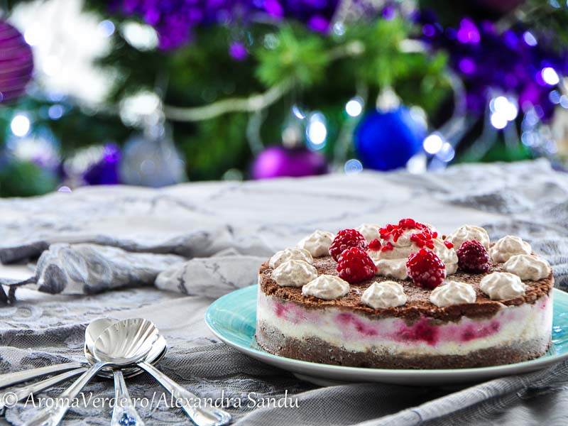 Tort raw cu zmeură, cocos și ciocolată și_frișcă_din_nucă_de_cocos