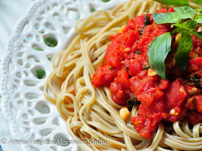 Paste aglio cu _ roșii și busuioc