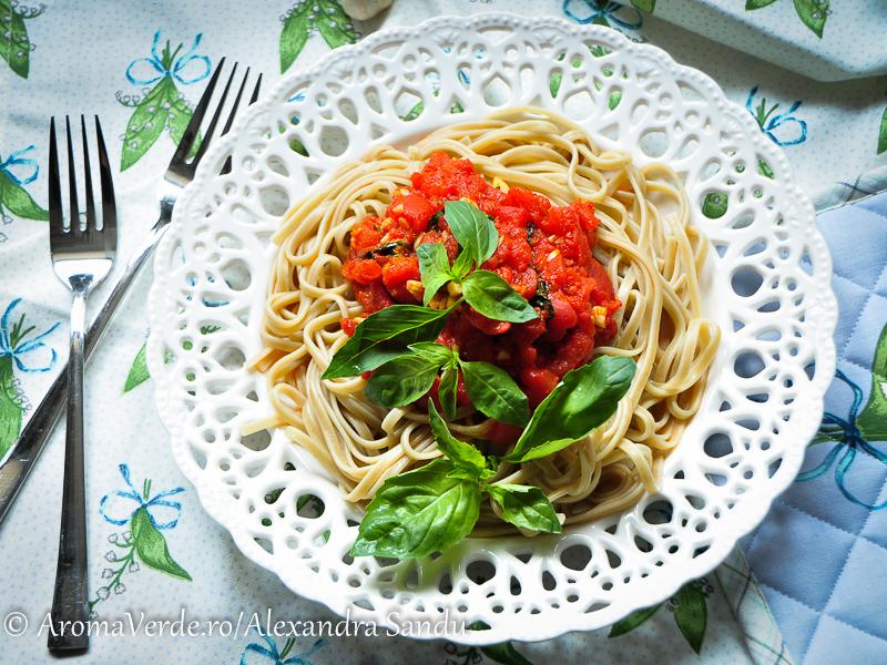 Paste aglio cu roșii și busuioc