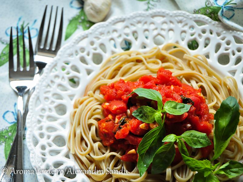 Paste aglio cu sos de roșii și busuioc