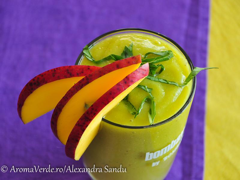 Smoothie din mango, piersici si busuioc verde