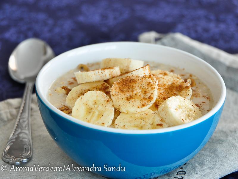 Porridge vegan cu banană și scorțișoară