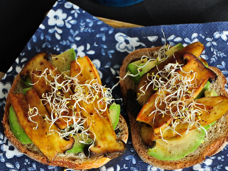 Sandwich rapid cu avocado, ciuperci oyster