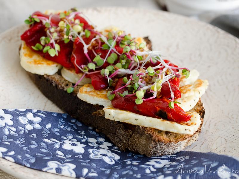 Sandwich cu brânză halloumi, ardei copt și germeni de ridiche