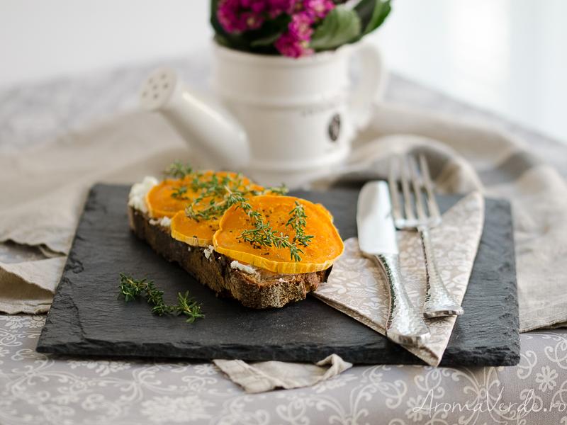 Sandwich cu cremă de brânză, dovleac copt și cimbru