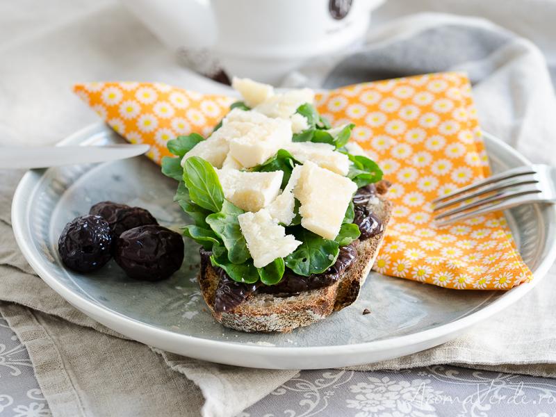 Sandwich cu măsline, parmezan și rucola
