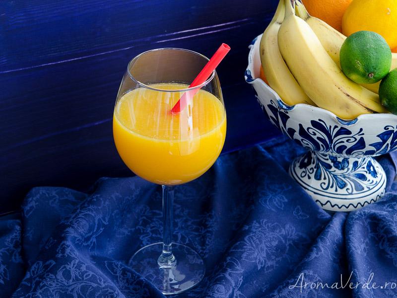 Suc exotic din portocale, mango și fructul pasiunii