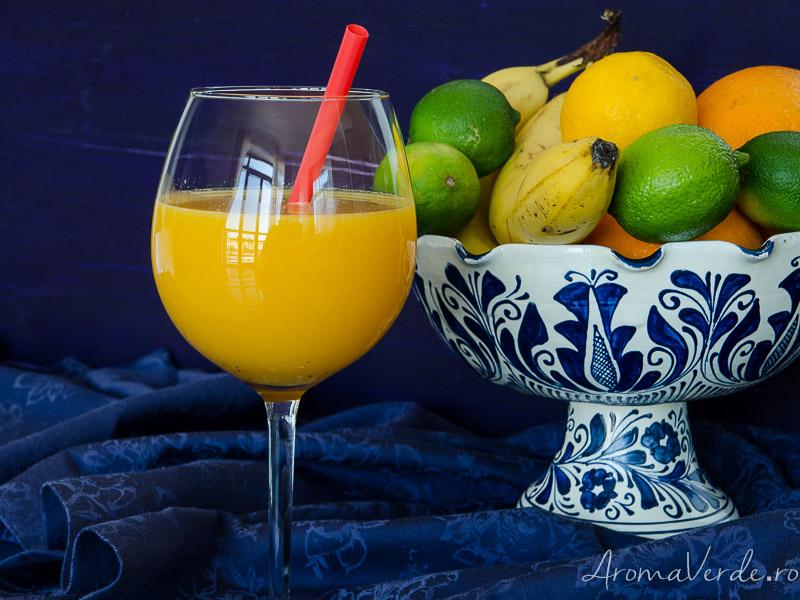 Suc presat la rece din portocale, mango și fructul pasiunii