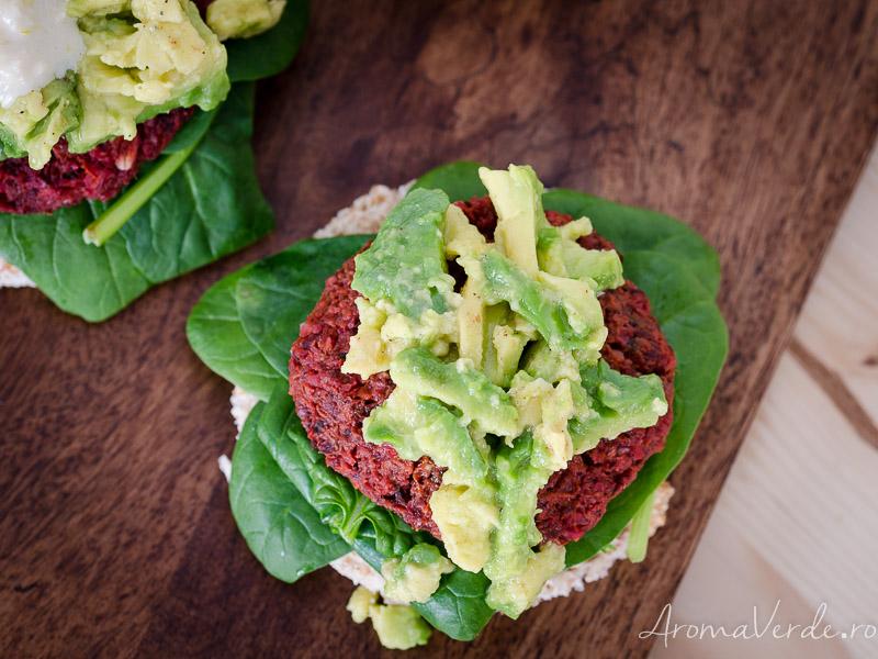 Burger vegan cu sfeclă roșie