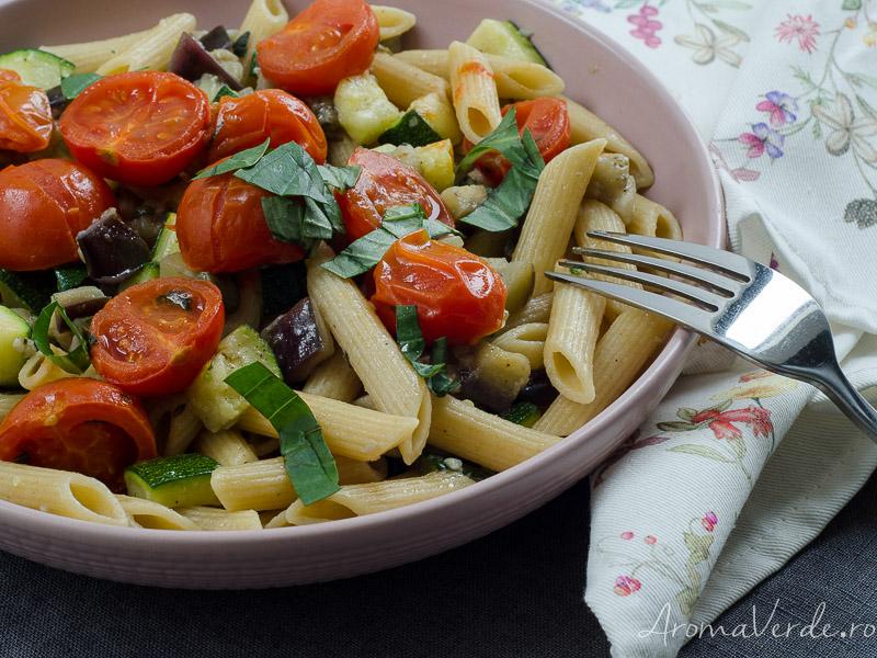 Paste cu vinete, zucchini parfumate cu oregano și busuioc