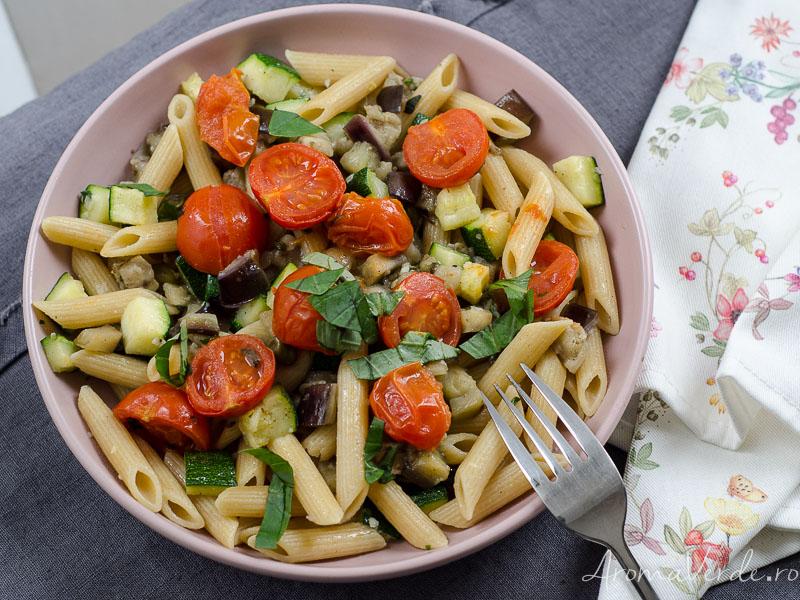 Paste integrale cu vinete și zucchini oregano și busuioc