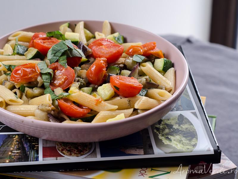 Paste siciliene cu vinete și zucchini, busuioc și oregano