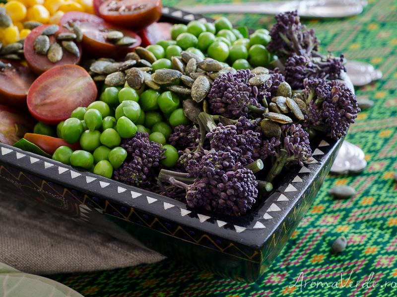 Salată cu broccolini, spanac, porumb