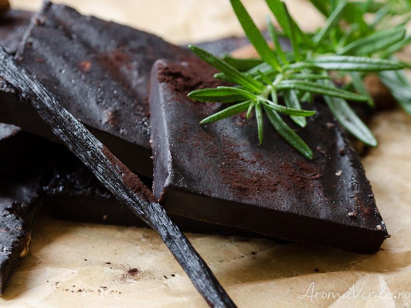 Ciocolată vegană cu rozmarin și migdale crude
