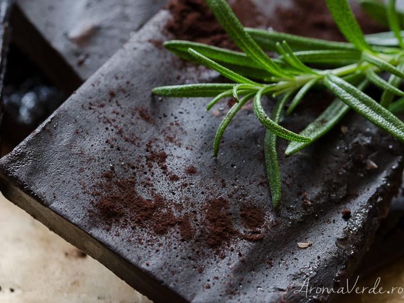 Ciocolată vegană cu rozmarin migdale crude