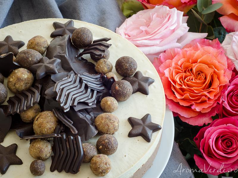 Tort raw cu cremă de vanilie și ciocolată vegană