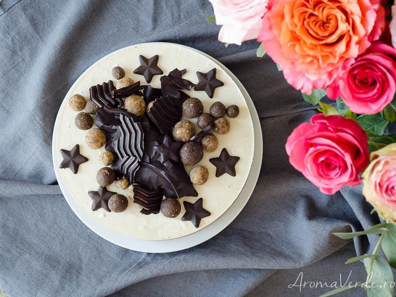 Tort raw vegan cu cremă de vanilie și ciocolată