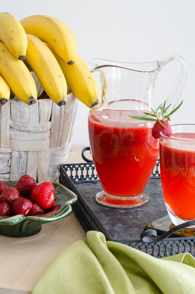Carafă limonadă cu căpșuni și rozmarin
