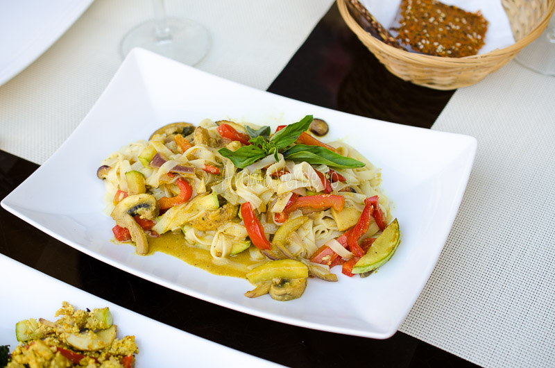 Paste orez cu legume în curry și lapte de cocos
