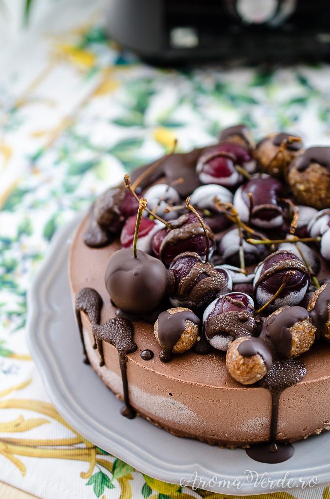 Tort-raw-vegan-de-ciocolată-și-cireșe-2
