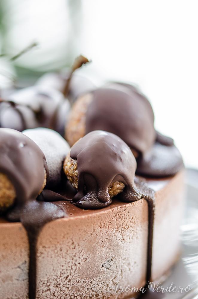 Tort-raw-vegan-de-ciocolată-cu-cireșe