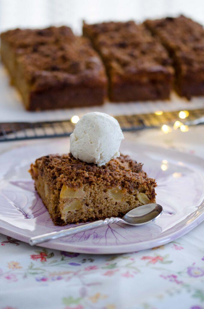 Prăjitură cu mere și crumble evită risipa alimentară